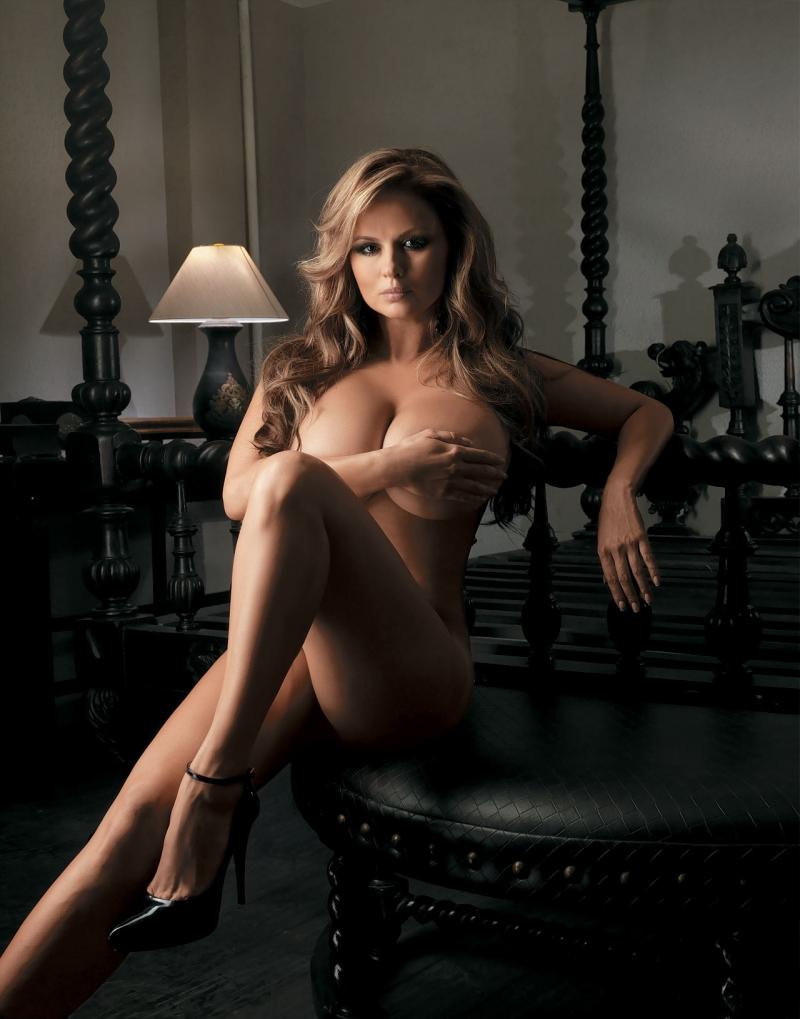 Русская модель с голой грудью на показе 12 фотография