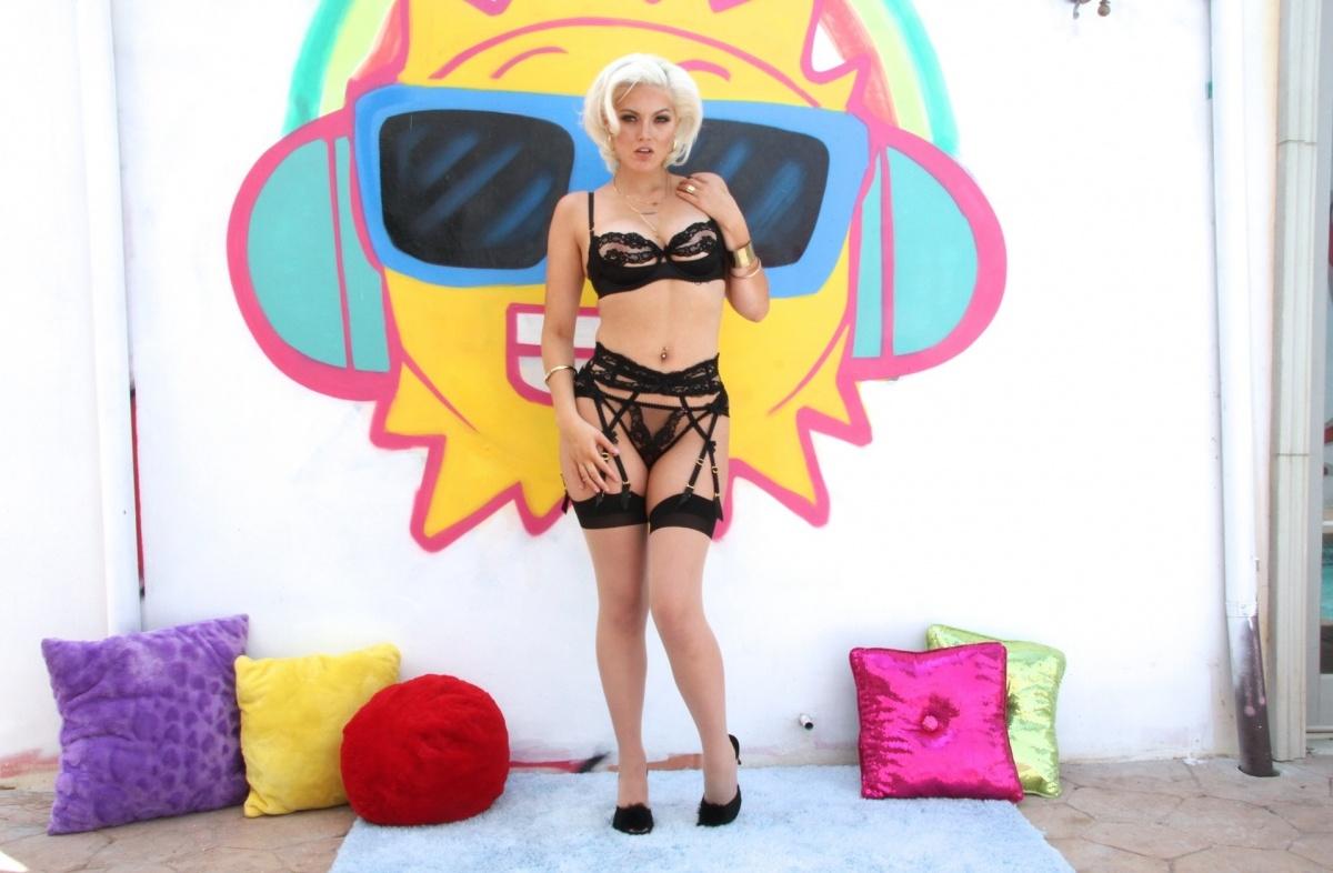 Horny blonde wife Jenna Ivory seducing her man in white stockings and garters № 226323 без смс