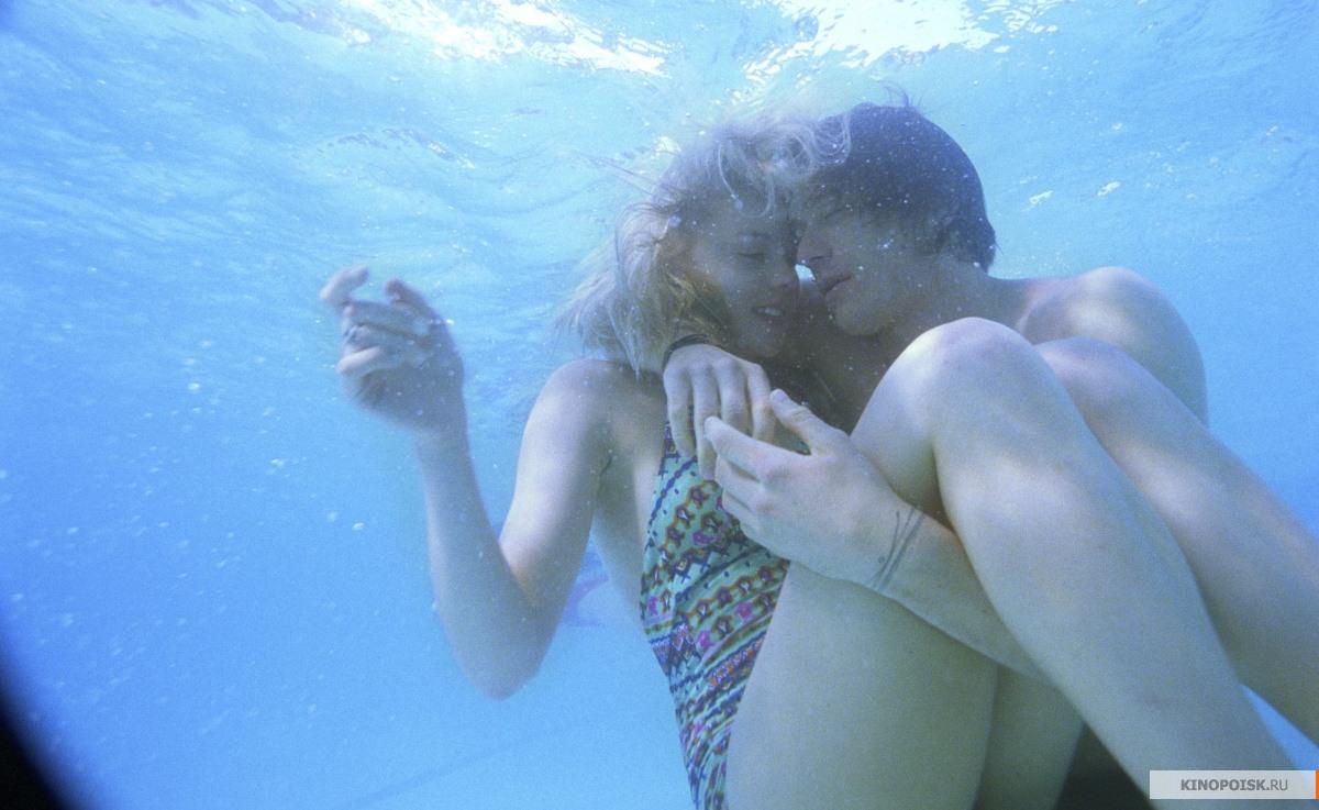Секс двух голых худеньких девушек под водой в бассейне  394582