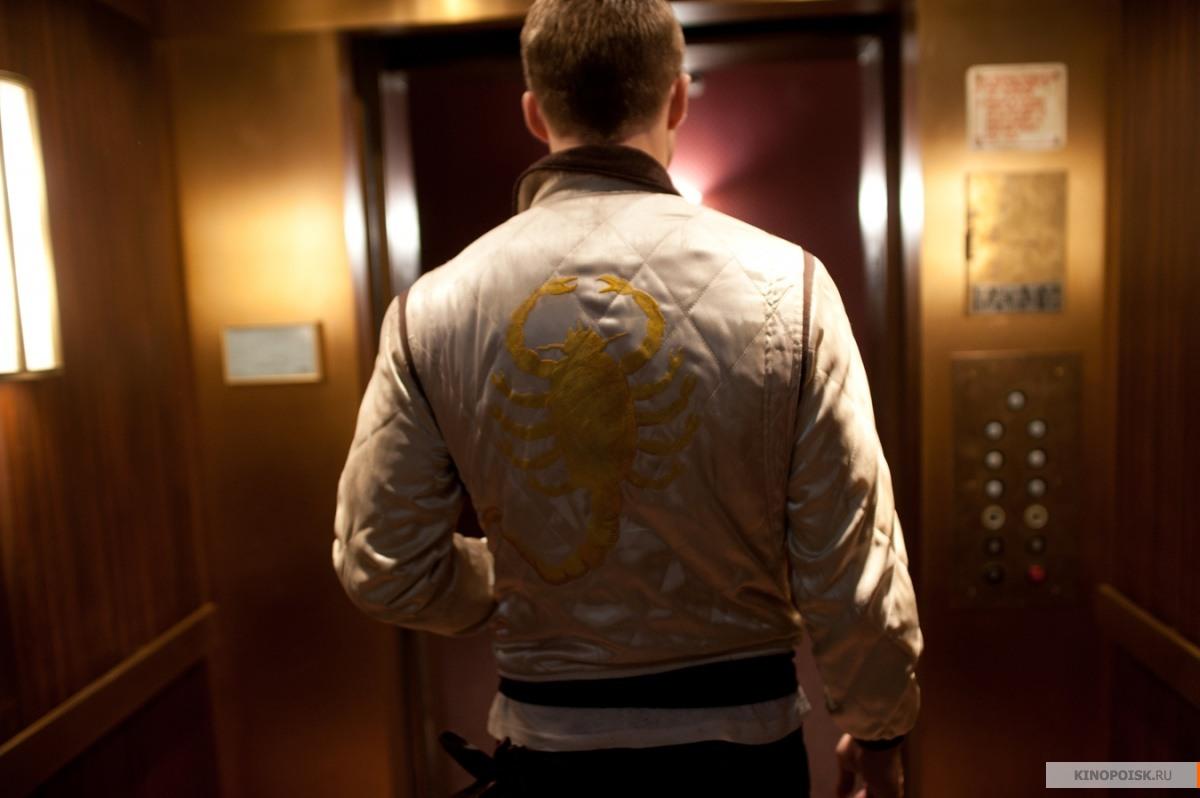 Дизайн куртки, в которой водитель ходит практически весь фильм, принадлежит самому актеру