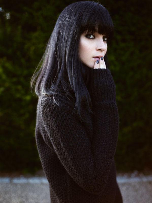 женщины с чёрными волосами на улице фото