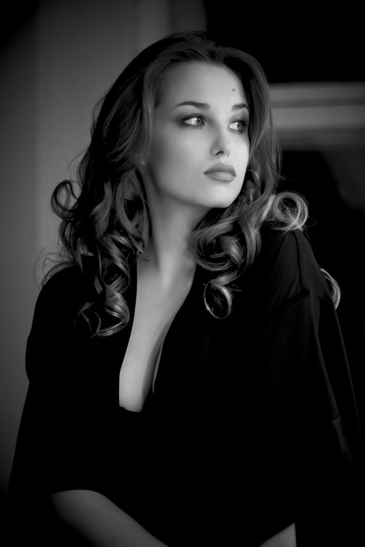 Картинки по запросу актриса Аглая Шиловская в купальнике