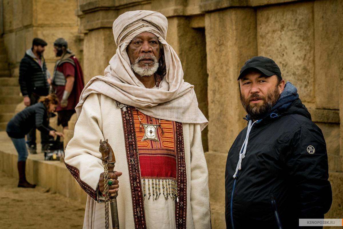 Бен-гур решает отказаться от римского гражданства, собственности в риме, а также вывезти из колонии своих родных и показать их иисусу.