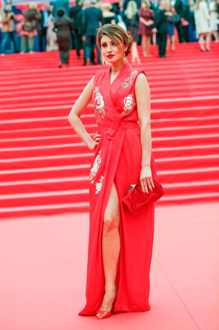 точную анастасия макеева в платьях фото выбор