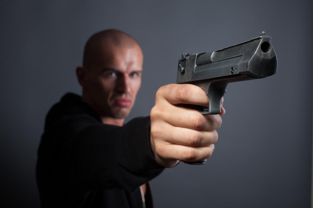 Картинки пистолетов когда стреляют в спину