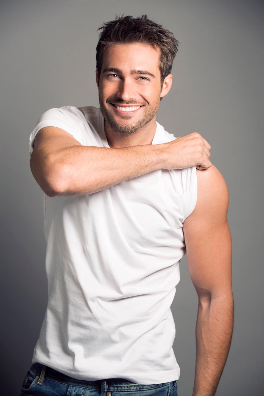 фото красивых мужчин актеров аргентины силиконовых баб, стоящих