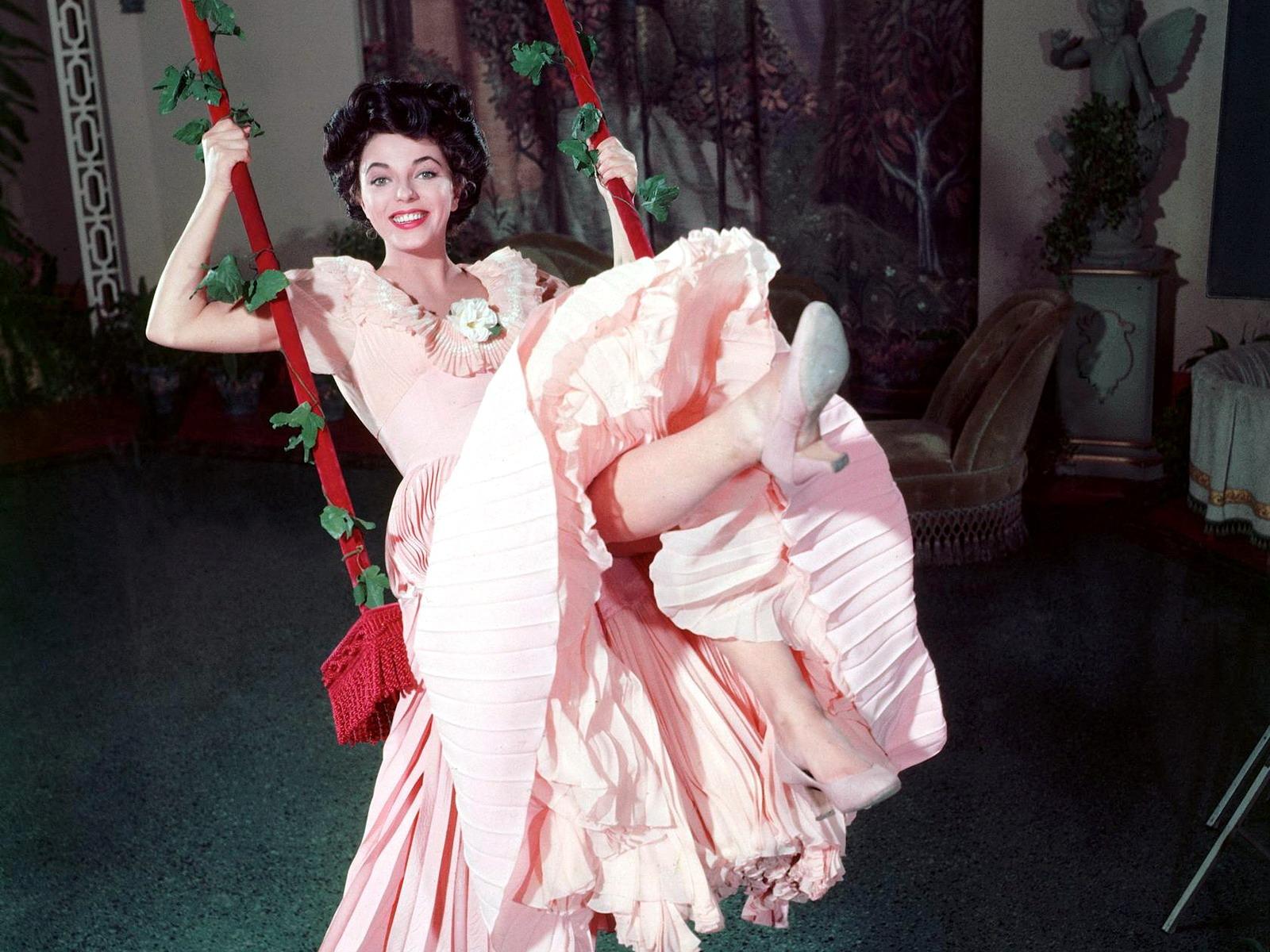 Картинки женщина в розовом платье